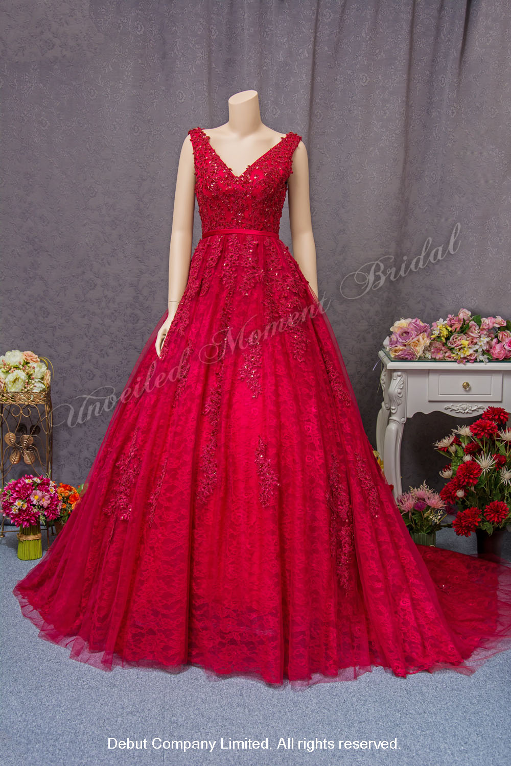 Sleeveless, deep-V lace evening gown with beadings and a court train. Colour: Burgundy. 無袖款, 大V領, 蕾絲釘珠, 長拖尾, 酒紅色 傘裙晩裝