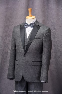 Grey suit-style tuxedo, matched with grey waistcoat and silver bow. 銀灰色領結bow tie, 灰色馬甲背心, 灰色西裝款新郎禮服