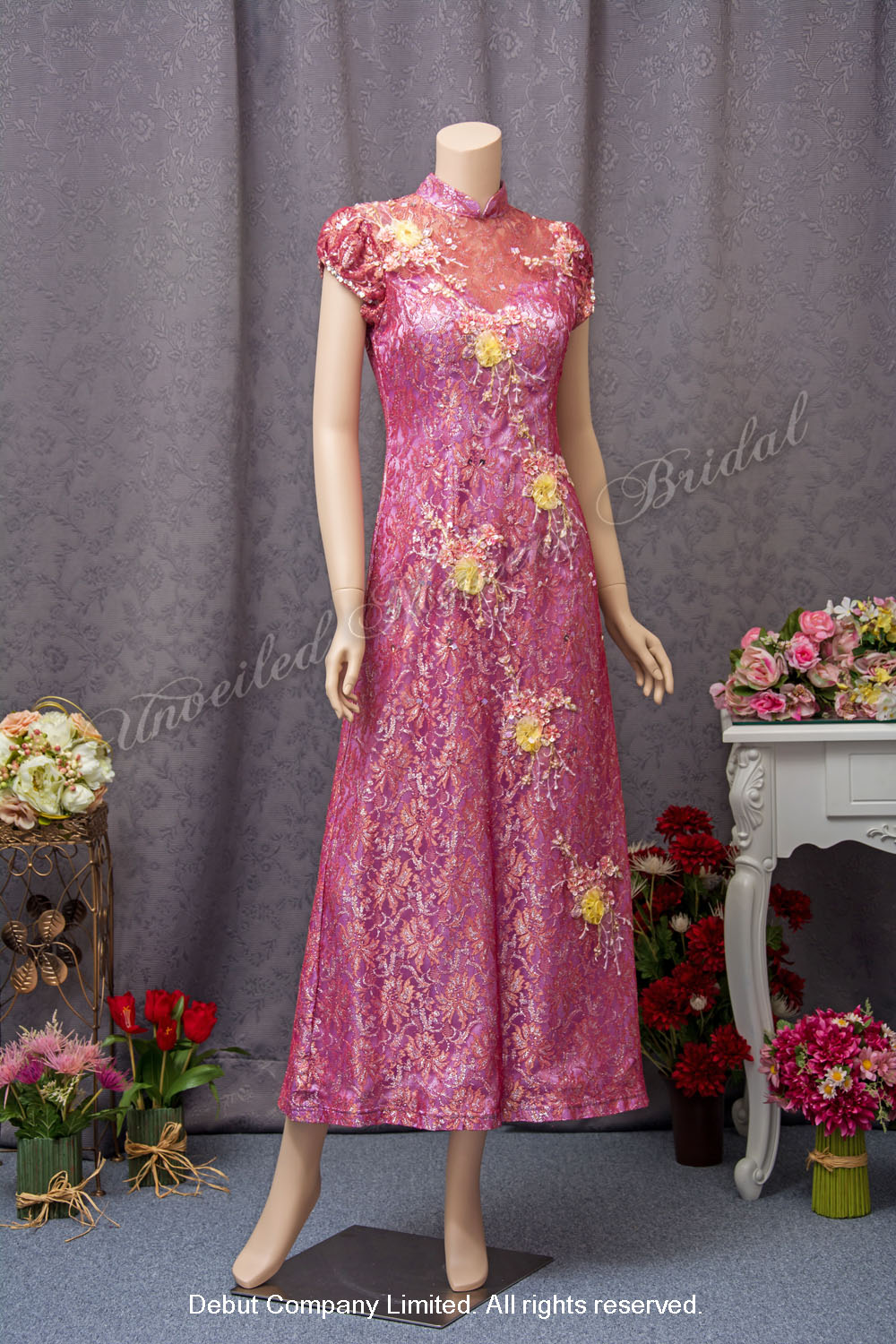 High collar, princess sleeves, A-line lace qipao embellished with ribbon flowers, beads and sequins. Colour: Magenta Purple 企領公主袖 A-line 蕾絲旗袍, 立體釘珠花飾, 粉紫色媽咪衫