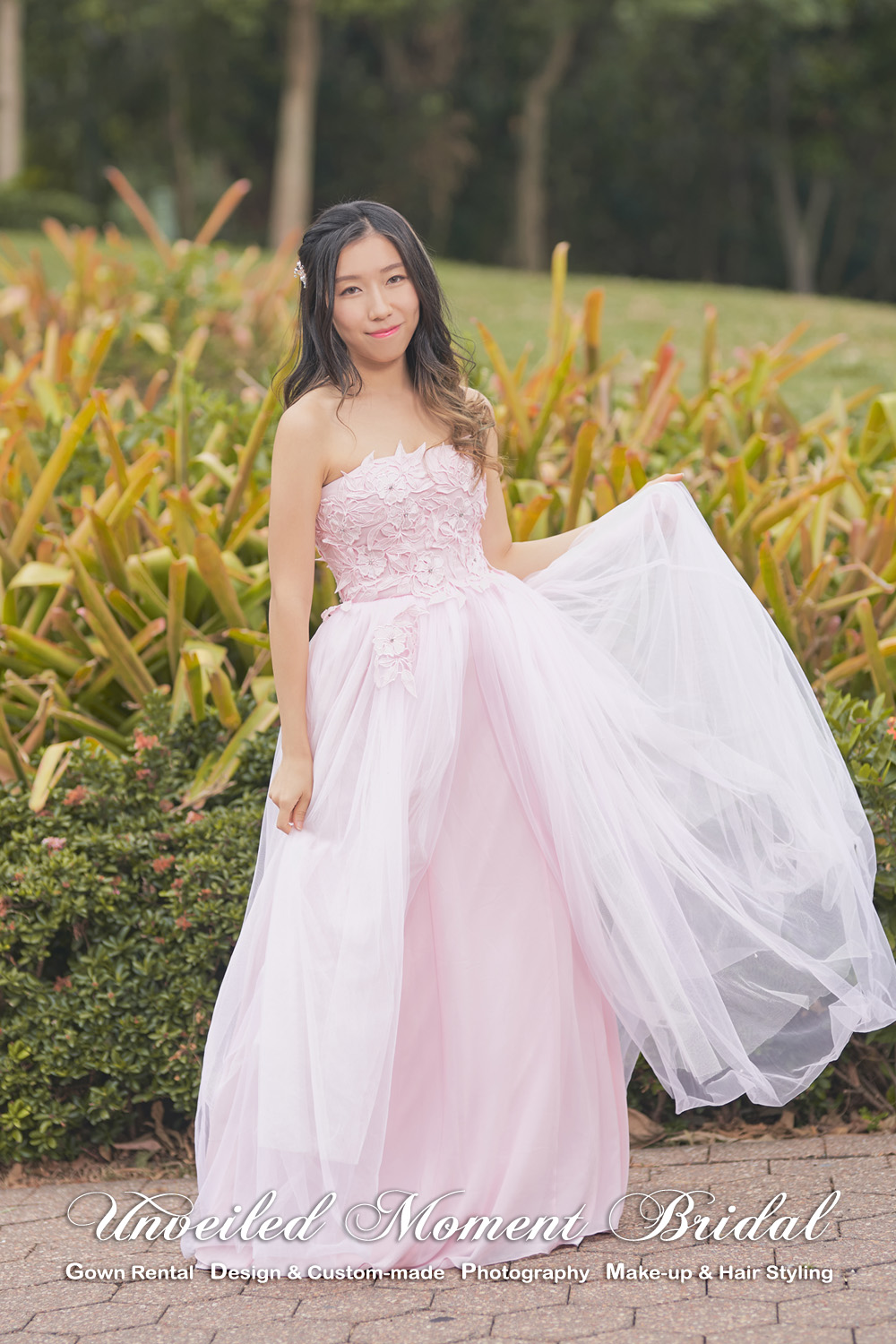 Pink, strapless party dress with lace and crystal embellishments. 粉紅色, 無肩帶, 蕾絲及水晶裝飾, 多層輕紗裙擺宴會晚裝裙