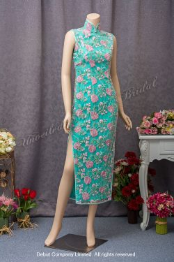 High collar, sleeveless qipao with side slits on both sides, beaded and decorative lace. Colour: Aqua green. 企領, 無袖, 繡花, 側叉, 湖水綠旗袍