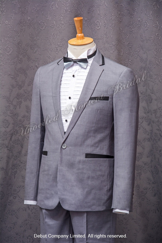 Light grey suit-style tuxedo, matched with black cummerbund, and black and silver bow. 黑銀雙色領結bow tie, 黑色腰封, 淺灰色西裝款新郎禮服