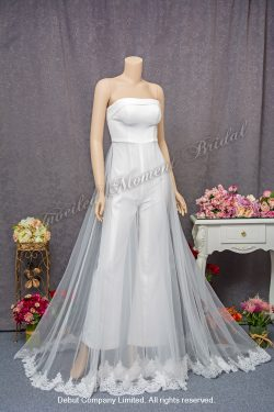 Low-cut, slim cutting, carefree trousers-style carefree bridal dress with see-through lace court-train 平領無肩帶, 修身剪裁, 透視蕾絲長拖尾褲款輕婚紗