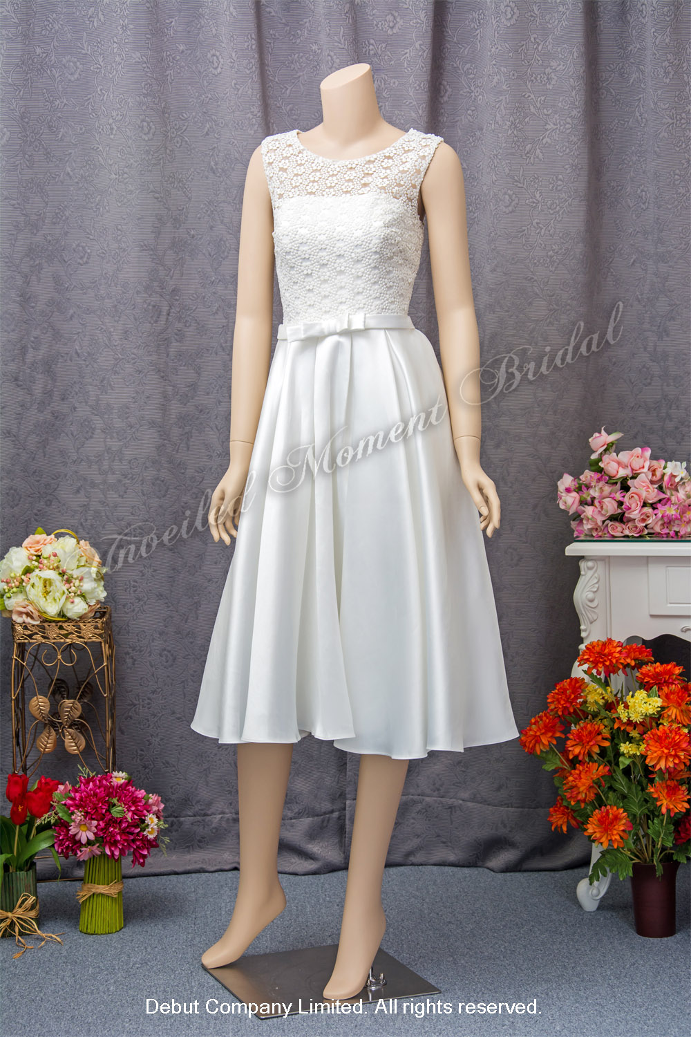 Sleeveless, lace-up short carefree bridal dress. 無袖蕾絲短裙輕婚紗
