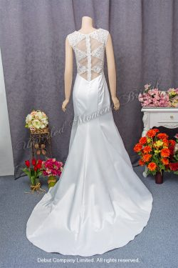 Sleeveless, see-through low-back, lace embellishments, mermaid carefree wedding dress with a brush-train 無袖, 透視美背, 蕾絲釘珠, 小拖尾魚尾款輕婚紗