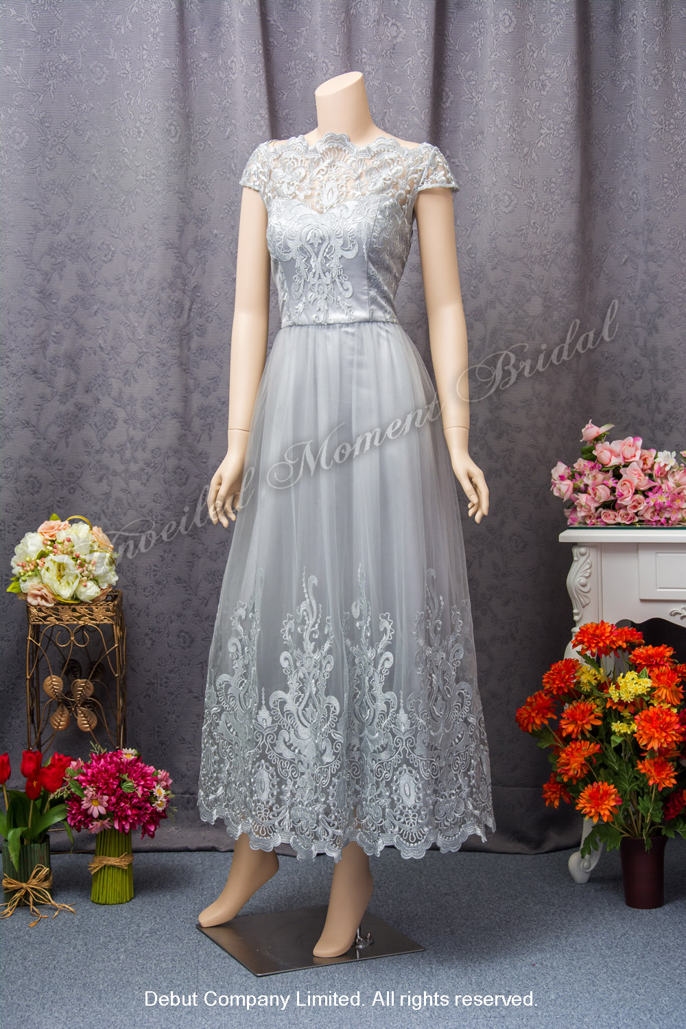 Short sleeves, boat neckline, floor length Party Dress with lace appliques. Colour: Silver. 短袖銀色蕾絲宴會晩裝裙