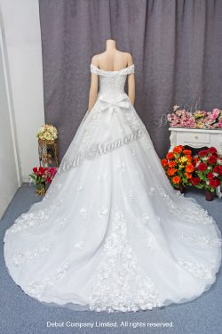 Off-the-shoulder, sweet-heart neckline, lace applique embellishments, ball wedding gown with court train. 一字膊, 心形胸, 蕾絲幻彩閃石釘珠, 立體花長拖尾, 公主傘裙婚紗