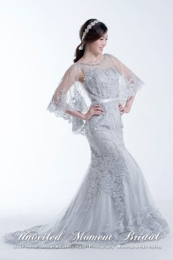 See-through neckline, beaded lace embellishments, shawl with lace appliques, mermaid evening gown with chapel train. Colour: Silver Grey 透視圓領, 閃片蕾絲釘珠, 透視蕾絲披肩, 拖尾, 魚尾款銀灰色晩裝