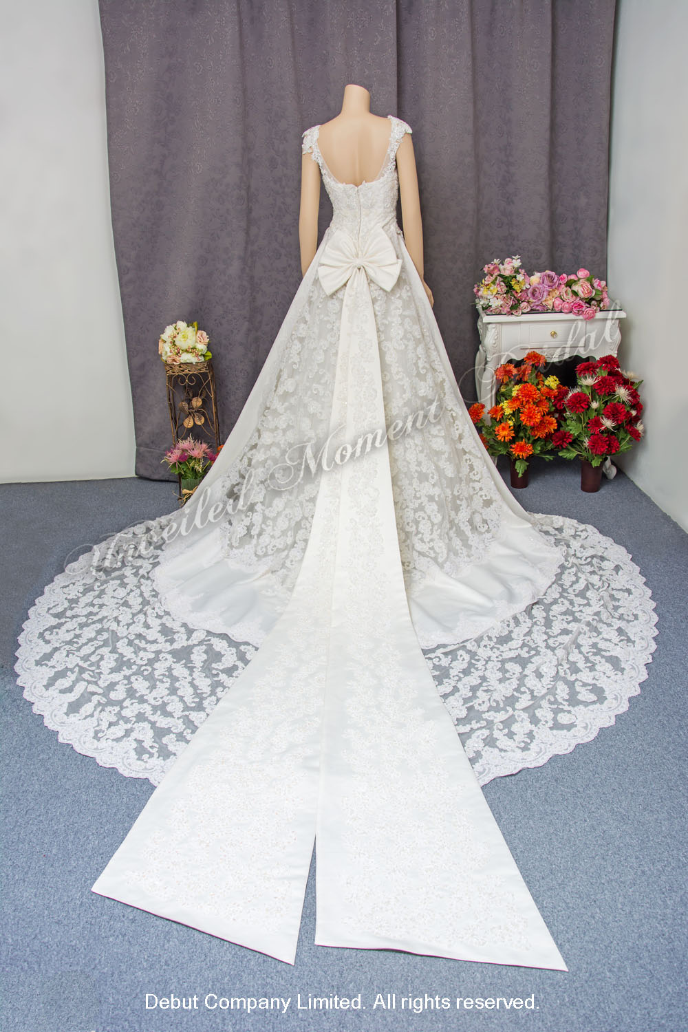 Strapless, A-line wedding gown, lace appliques, and an embellished lace chapel train and accentuated bow. 無肩帶, 蝴蝶結拖尾, 蕾絲釘珠花邊, A-line長拖尾婚紗