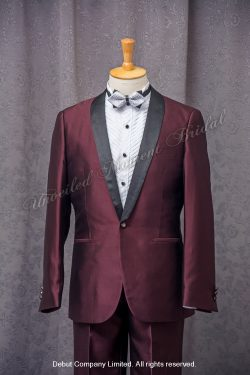 Burgundy suit-style tuxedo, matched with silver bow. 銀色領結bow tie, 酒紅色西裝款新郎禮服