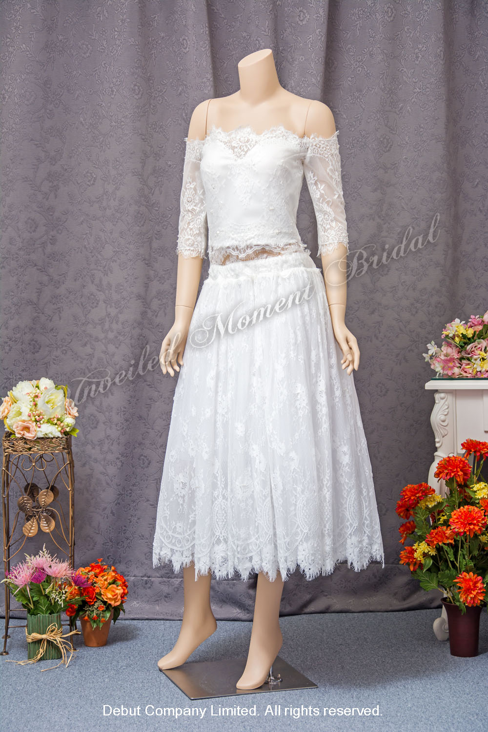 Off-the-shoulder, lace-up, short skirt, two-piece carefree bridal dress. 一字膊蕾絲短裙兩件式輕婚紗