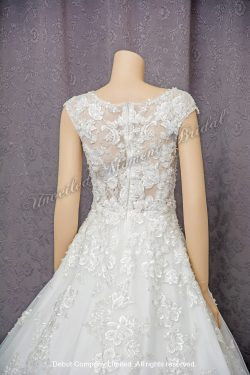 Sleeveless, Deep-V neckline, Ball Wedding Gown decorated with lace appliques see-through low back and cathedral train. 無袖, 深V型領口, 蕾絲釘珠透視美背, 蕾絲花邊拖尾, 公主傘裙款婚紗