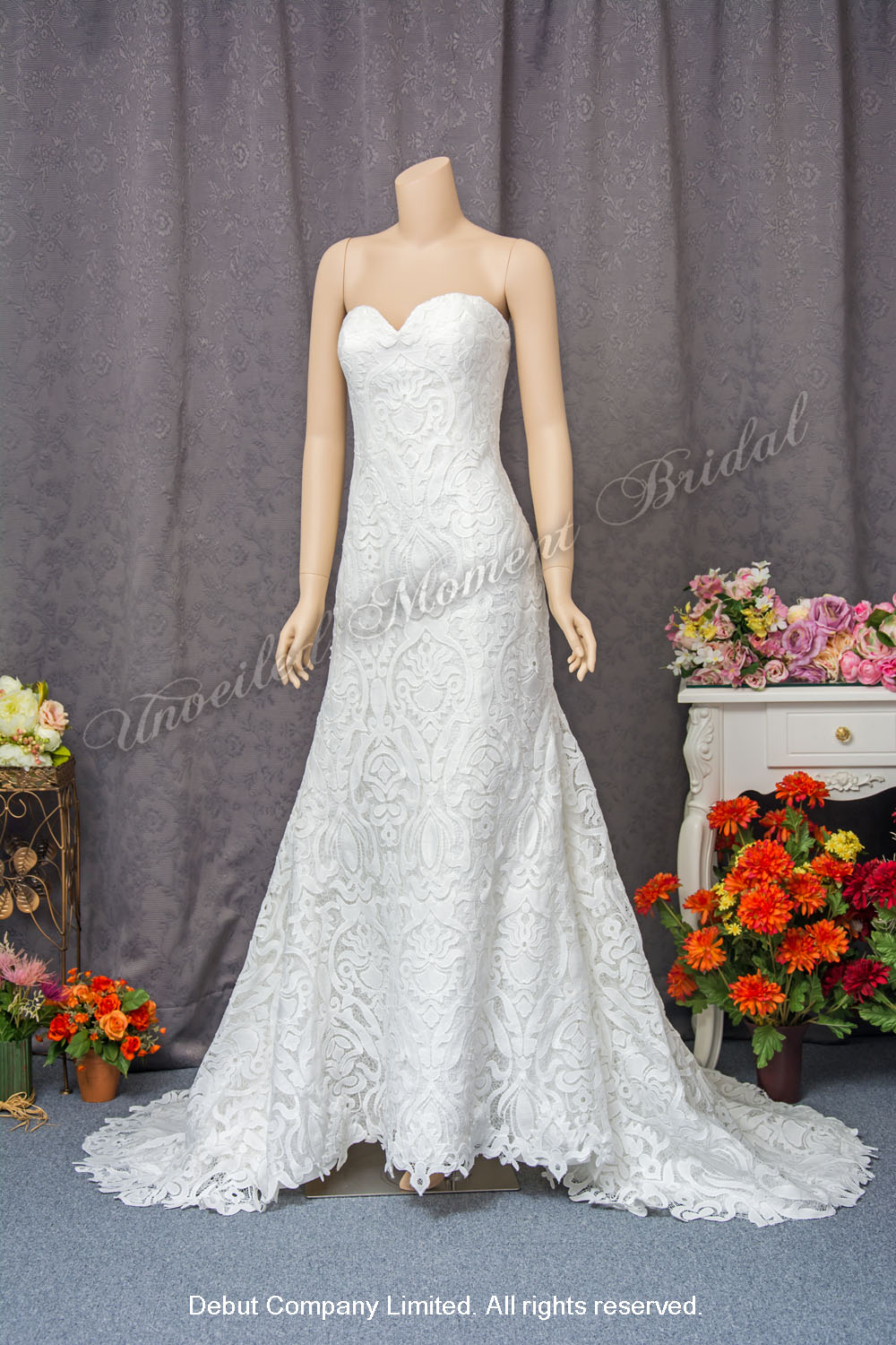 Strapless, mermaid bridal dress with sweetheart neckline, lace embellishments and brush train. 無肩帶, 心形胸, 蕾絲, 長拖尾, 魚尾款婚紗