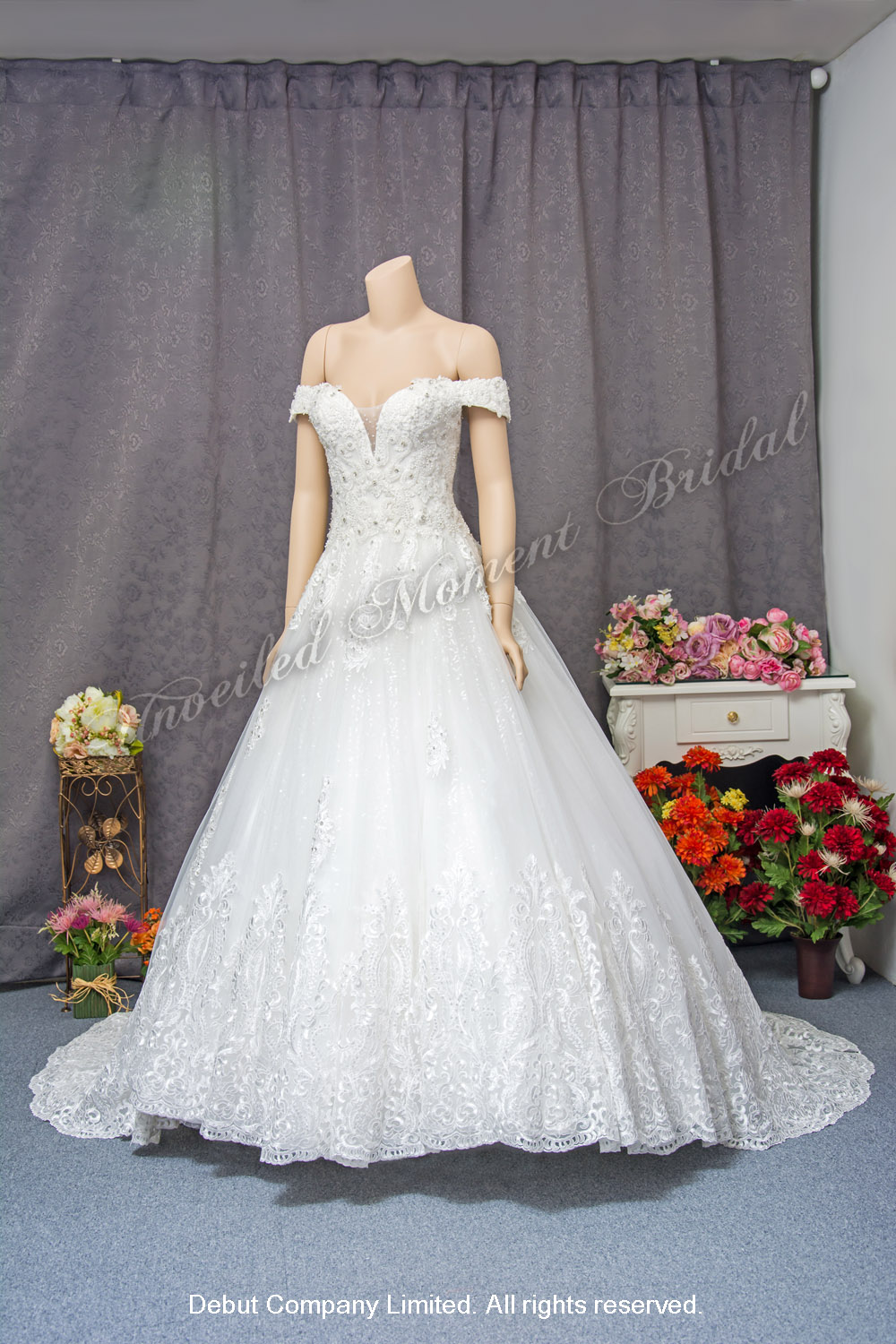 Off-the-shoulder, deep-V neckline, lace applique embellishments, ball wedding gown with court train. 一字膊, 大V領口, 蕾絲閃石釘珠, 蕾絲花邊長拖尾, 公主傘裙婚紗