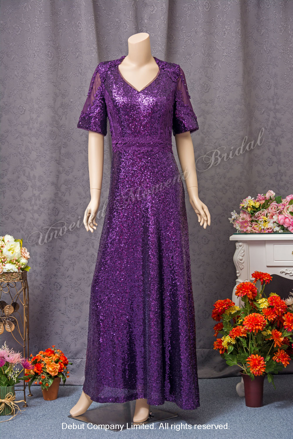 Middle-length sleeves, V-shape round neckline, sequins embellishments, Mother-of-the-bride Dress. Colour: Purple. 中袖, V領, 閃片, 紫色媽咪奶奶晩裝