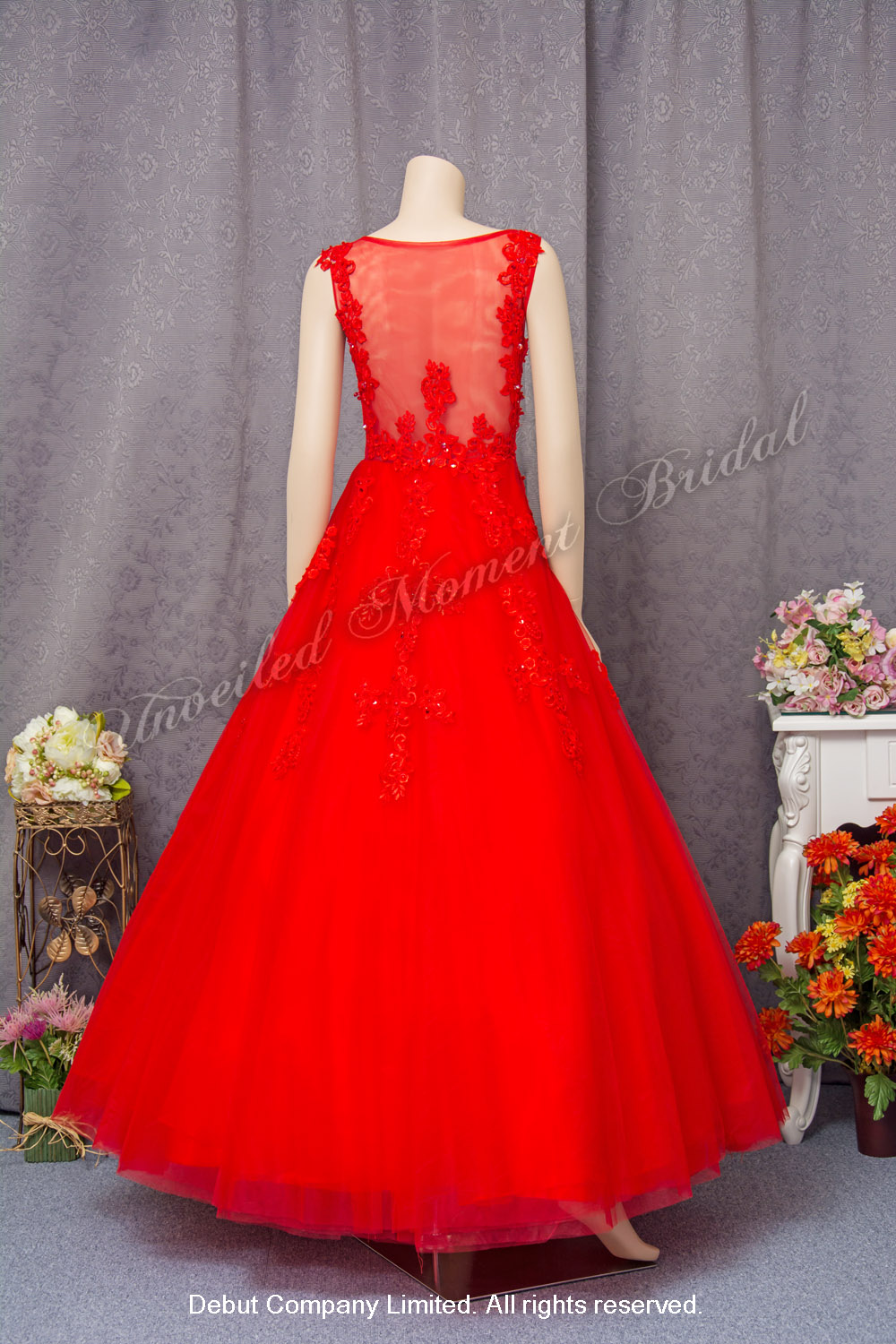 Low-back, see-through, ball evening dress with sweet heart neckline and lace embellishments. Colour: Red. 蕾絲釘珠, 心形胸, 透視美背, 紅色公主傘裙晚裝