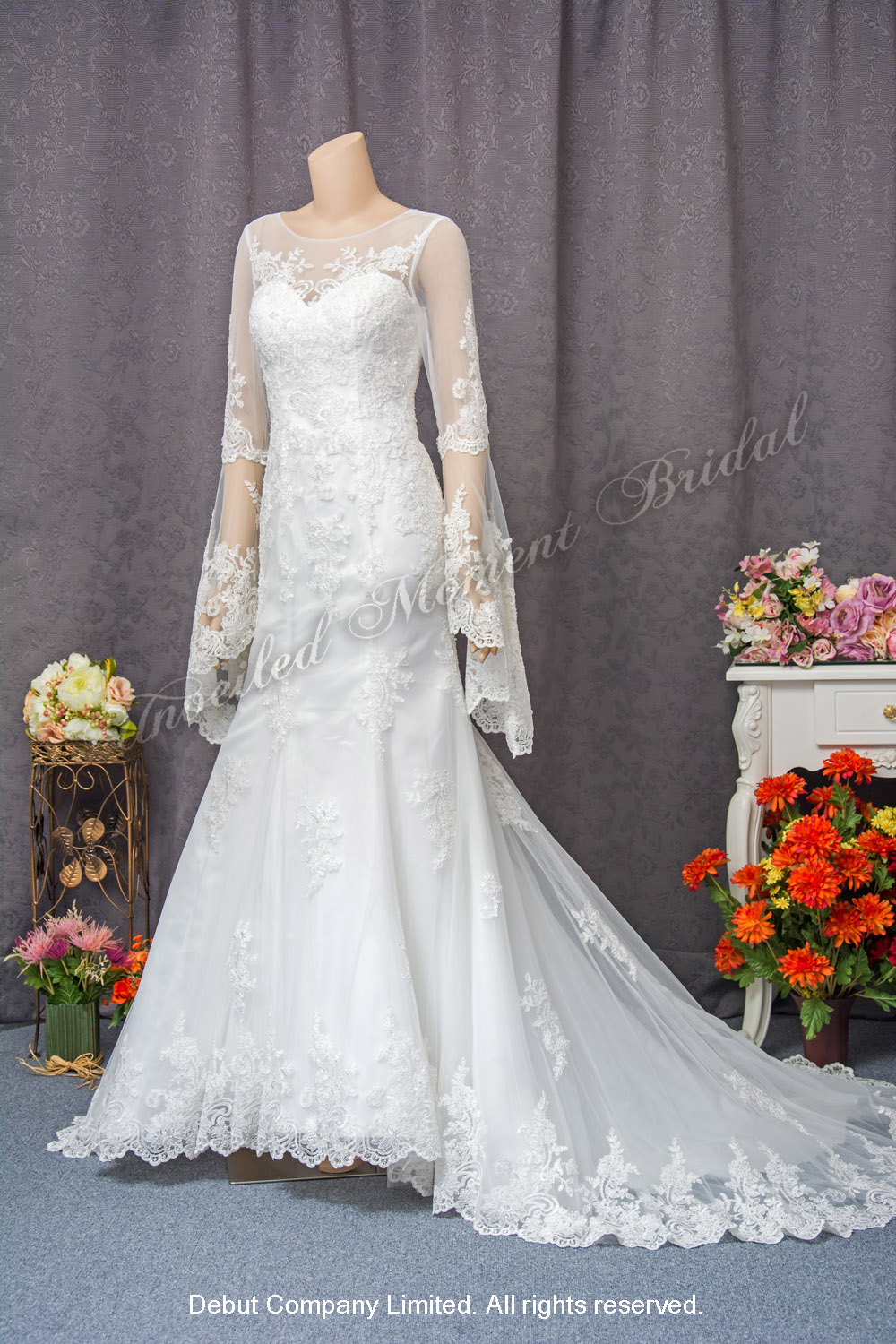 Long sleeves, mermaid bridal dress with sweetheart and see-through boat neckline, see-through low back and decorated with lace appliques cathedral train. 長袖, 心形胸, 透視薄紗圓領, 蕾絲釘珠, 透視美背, 宮廷蕾絲花邊拖尾, 魚尾款婚紗