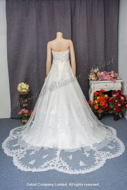 Strapless, sweet-heart neckline, tufted organza wedding gown with lace applique embellishments, and a brush-train. Size: XL. 無袖, 心形胸, 玻璃歐根紗, 蕾絲釘珠長拖尾婚紗。 尺碼: XL