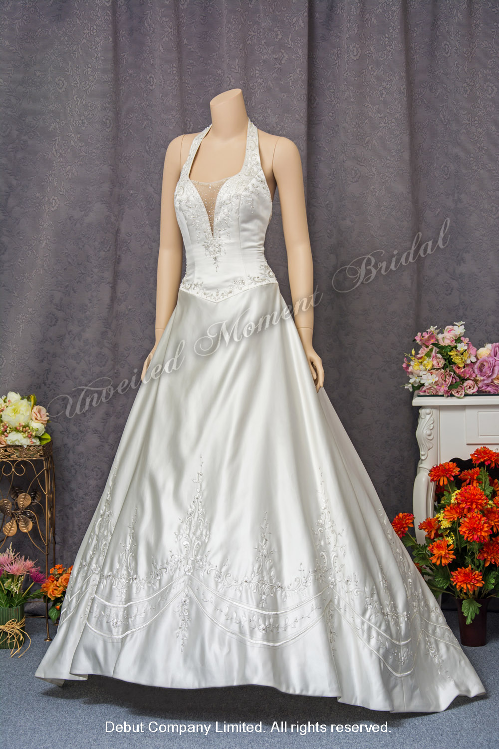 Deep-V halter neckline wedding gown with beaded embroideries and a brush train. 掛頸肩帶, 秀視Deep-V, 釘珠刺繡, A-line婚紗