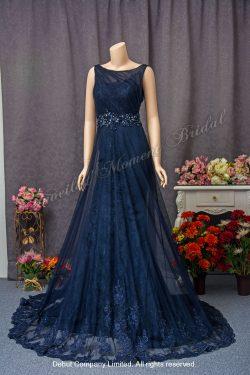 無袖, 閃石釘珠腰帶, 蕾絲薄紗裙擺, 喇叭款藍色晚裝 Sleeveless, trumpet-style evening dress with a jewelled waistline and a decorative lace overlay. Colour: Blue