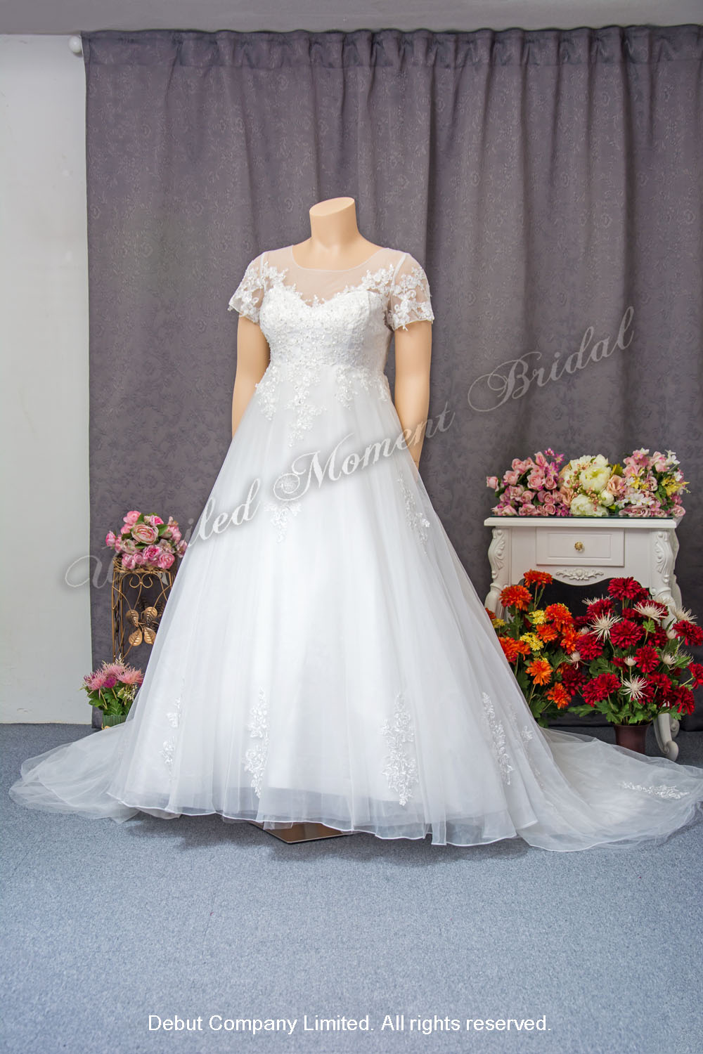 Lace applique embellishments, See-through sweetheart neckline, See-through short sleeves, A-line wedding dress with court train. Size: XL / XXL / plus size 蕾絲釘珠, 透視圓領短袖, 心形胸, A-line拖尾加大碼婚紗