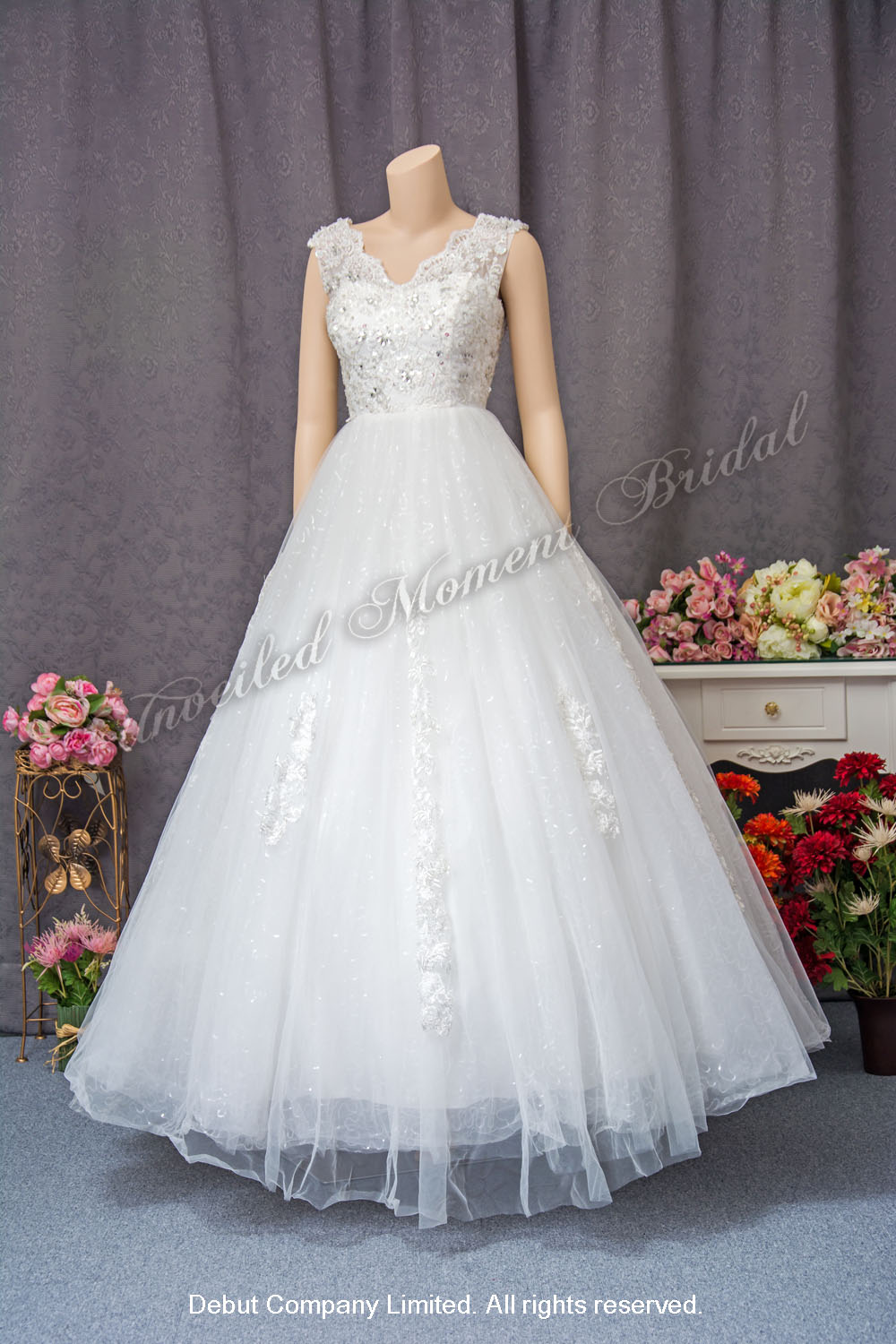 Strapless, lace appliques embellishments, Wedding Ball Gown with court train. 無袖款, 蕾絲釘珠, 花飾腰帶, 拖尾, 傘裙婚紗