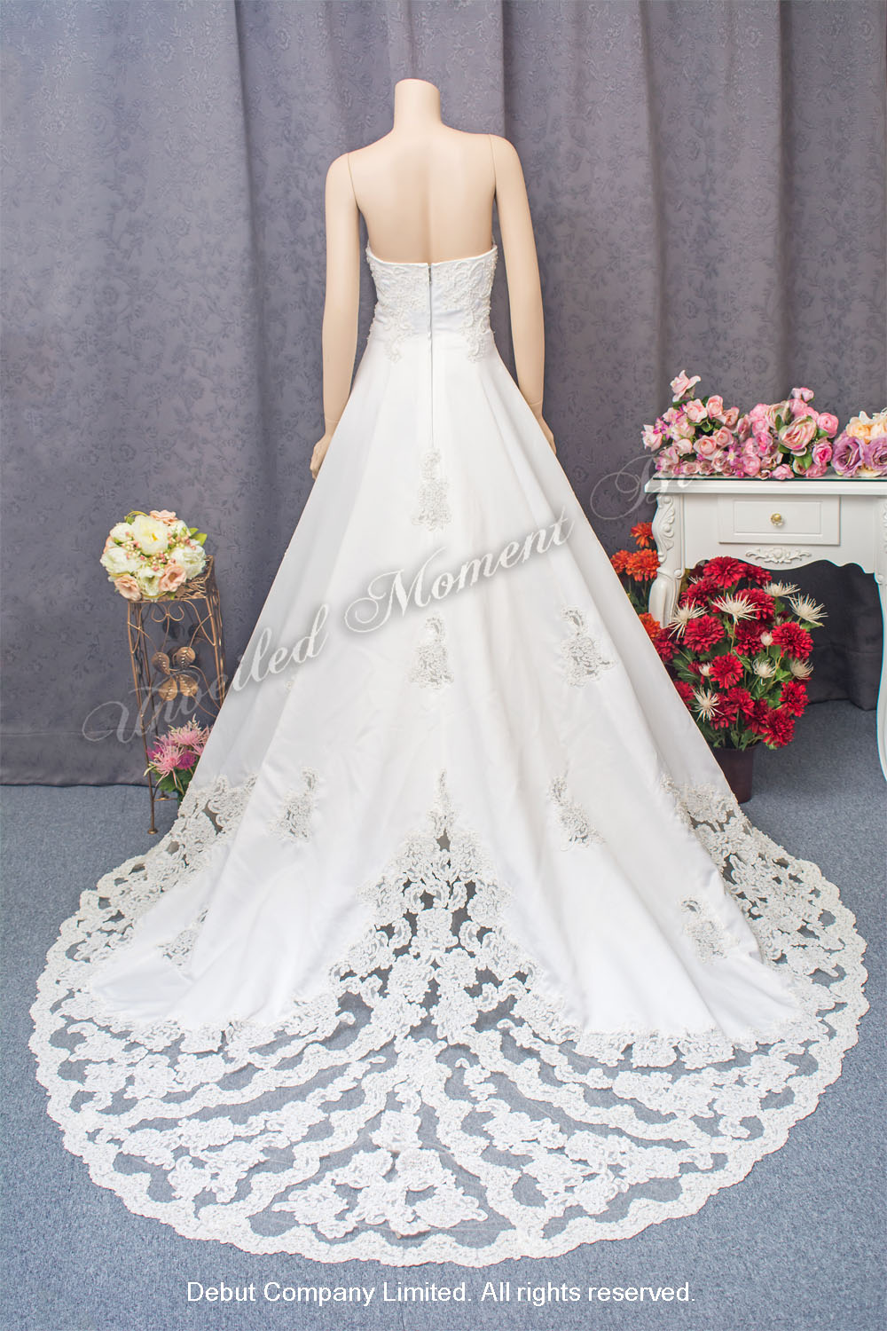 Strapless, A-line wedding gown with beaded lace appliques and an embellished lace chapel train. 無肩帶low-cut, 蕾絲釘珠花邊, A-line長拖尾婚紗