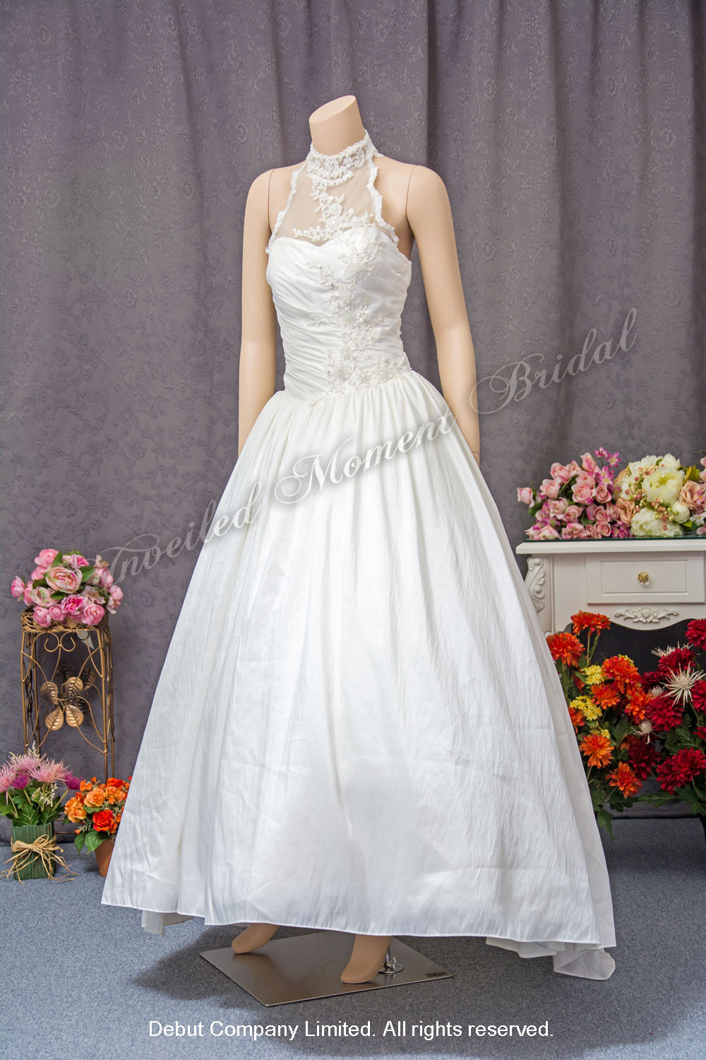 Halter neckline, floor length bridal gown with beaded lace embellishments. 掛頸款蕾絲釘珠婚紗