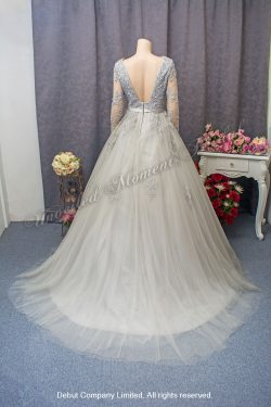 V-shape neckline, Long sleeves ball gown with lace embellishment. Colour: Gery silver. V領蕾絲釘珠長袖款灰銀色公主傘裙晚裝