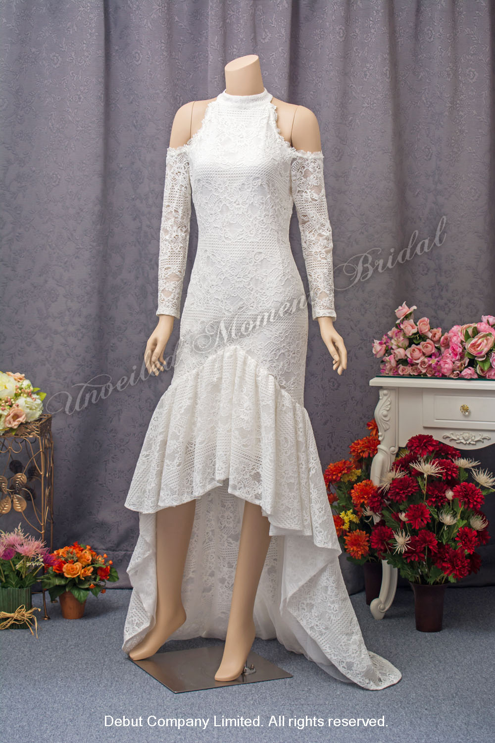 Round neckline, long sleeves, lace care-free wedding dress with court-train. 長袖, 露膊, 圓領, 前短後長, 蕾絲輕婚紗