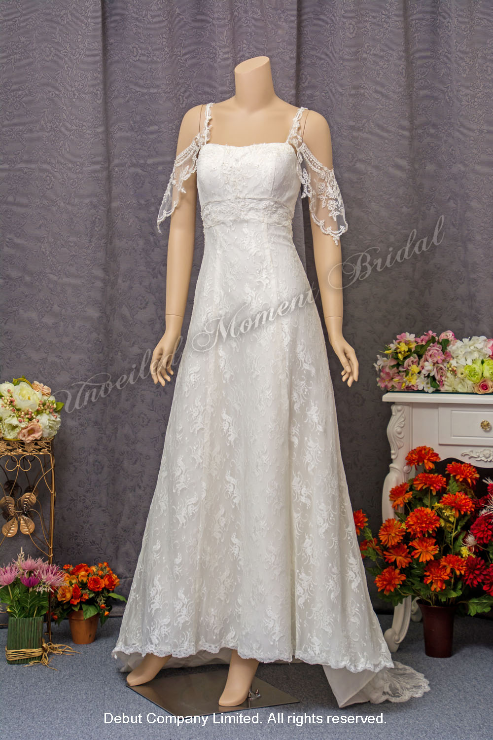 Spaghetti Straps, empire waist, A-line cutting, carefree wedding dress with a sweep train. 吊帶, 垂肩帶, 蕾絲, 小拖尾輕婚紗