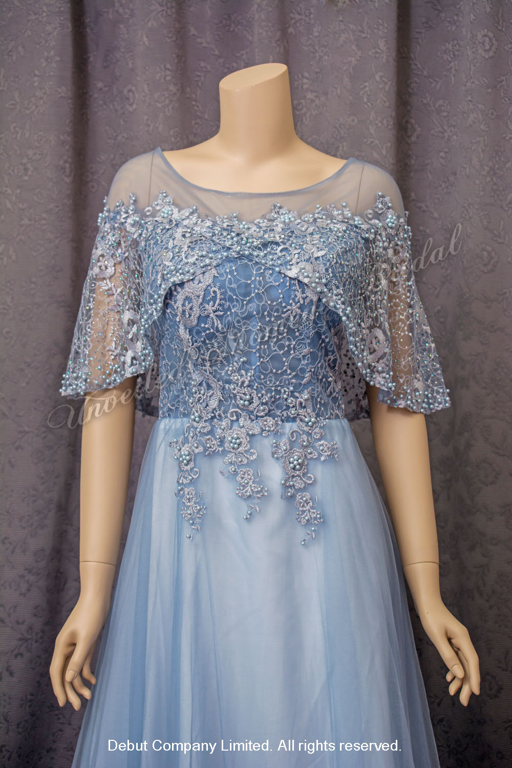 See-through round neckline, A-line evening dress with decorative lace overlay cape for mother-of-bride. Colour: Dusty Blue. 圓領口, 蕾絲仿珍珠閃石披肩, A-line款粉藍色媽咪奶奶晩裝裙
