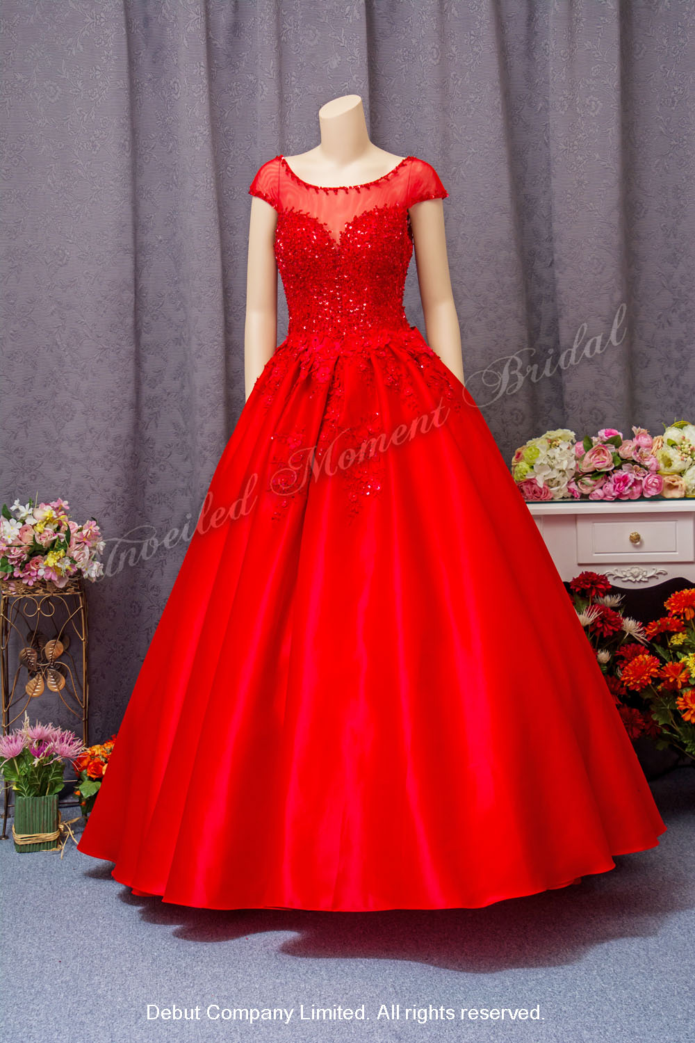 Sweet-heart neckline with see-through, embellished with lace appliques, floor-length ball evening gown. Colour: Red. 心型胸, 透視蕾絲圓領, 蕾絲閃片釘珠, 公主傘裙齊地款紅色晩裝裙