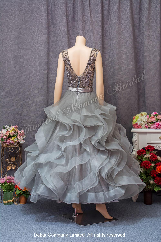 Sleeveless, V-shape neckline, ruffled skirt, see-through low-back, A-line evening dress with beadings. Colour: Bronze Gray. 無袖款, V領, 褶邊裙擺, 蕾絲釘珠, 透視露背, A型剪裁, 銅灰色晩裝