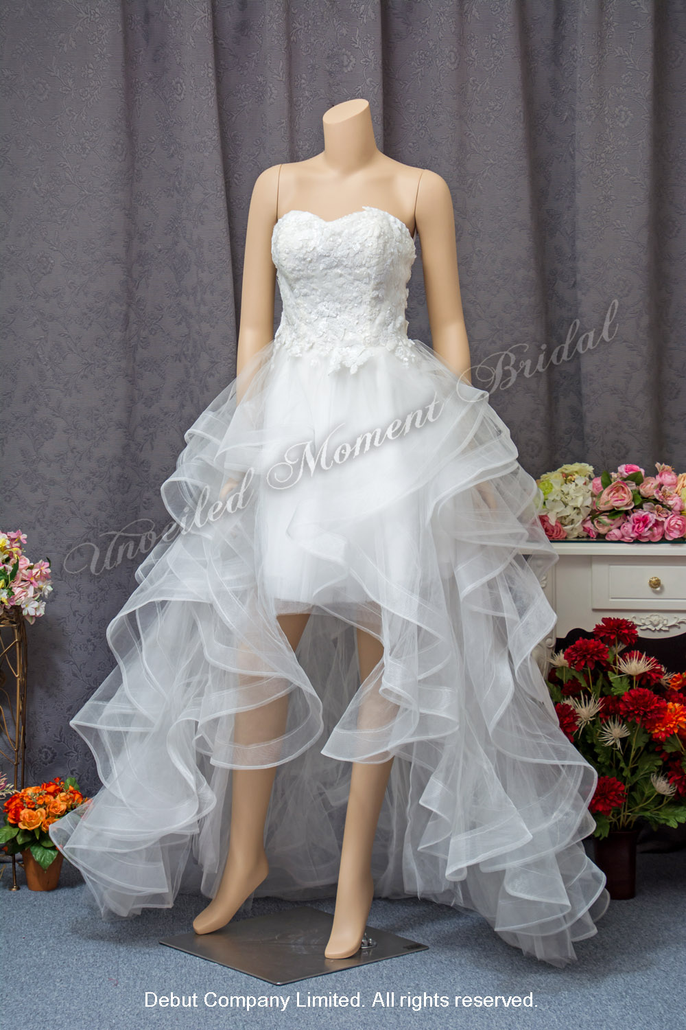Strapless, Sweetheart neckline, lace embellishment, Short Bridal Dress with ruffles court train. 無肩帯, 心型領口, 蕾絲釘珠, 波浪輕紗拖尾, 前短後長款輕婚紗