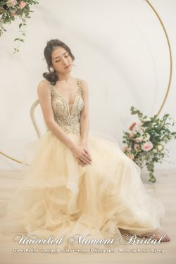 Sleeveless, V-shape neckline, ruffled skirt, A-line evening dress with lace and beadings. Colour: Light Gold. 無袖款, V領, 褶邊裙擺, 蕾絲釘珠, A型剪裁, 淺金色晩裝