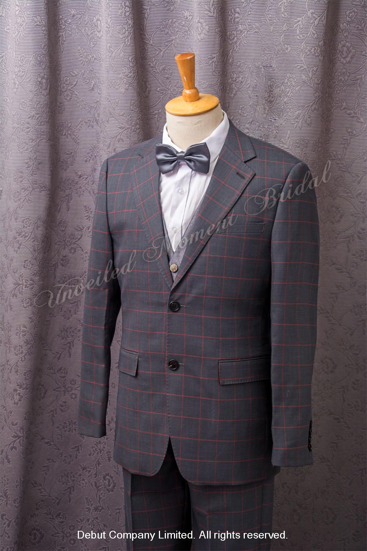 Gray plaid tuxedo, matched with sliver waistcoat and silver bow. 銀灰色領結, 銀色馬甲背心, 灰色格仔西裝款新郎禮服