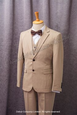 Khaki suit-style tuxedo, matched with khaki waistcoat and brown bow. 棕色領結bow tie, 卡其色馬甲背心, 卡其色西裝款新郎禮服