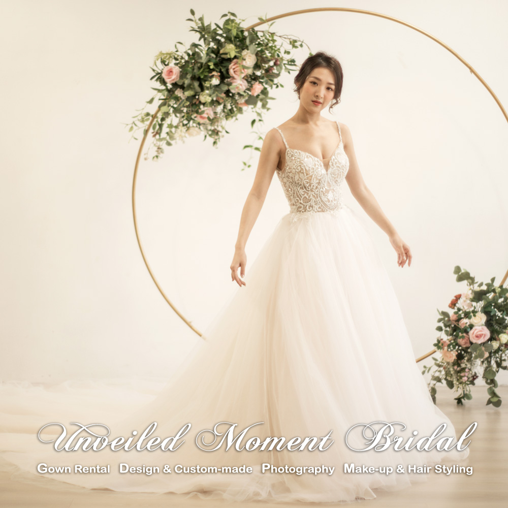 Spaghetti straps, sweetheart neckline, lace applique embellishments, nude-colour, low-back, A-line wedding gown with court train. 吊帶, 心型胸領口, 蕾絲閃石釘珠, 大露背, 長拖尾, 淺香檳色A字裙婚紗