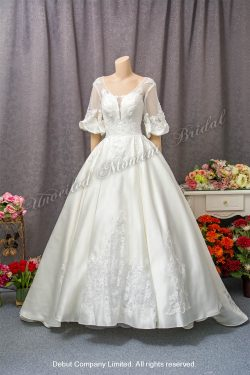 See-through puff sleeves, illusion sweetheart neckline, satin wedding gown with beaded lace appliques and chapel train. 透視泡泡袖, 透視心型胸衣領, 蕾絲釘珠, 拖尾, 緞料婚紗