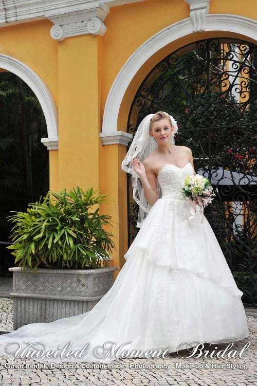 Strapless embellished wedding gown with asymmetrical layers of organza, and a light court train 心形胸, 玻璃紗, 不對稱齊地小拖尾婚紗